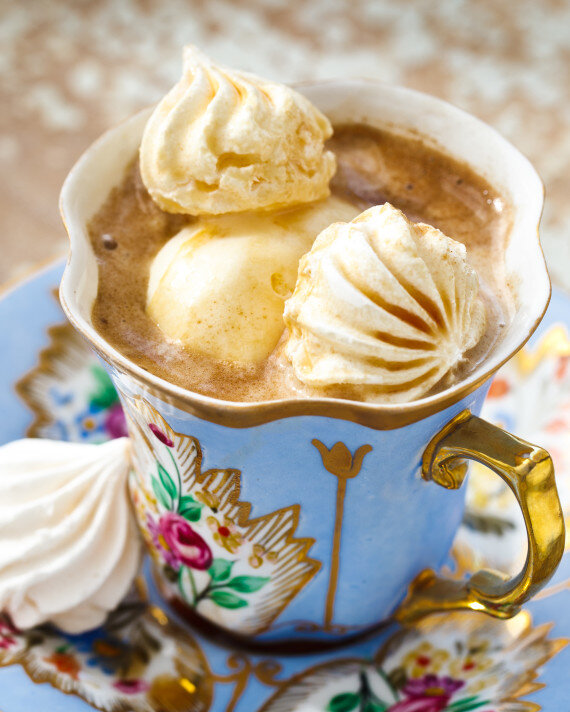Kahvede yuzen dondurma